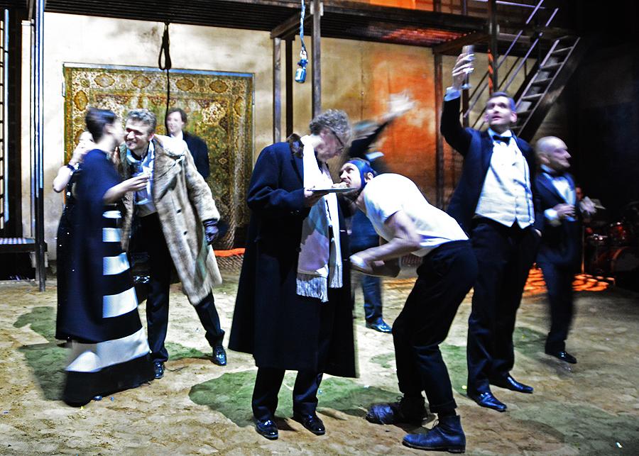 Edward, Clarence, Richard und ihre Gefolgschaft feiern den Sieg über Heinrich, den bisherigen König von England