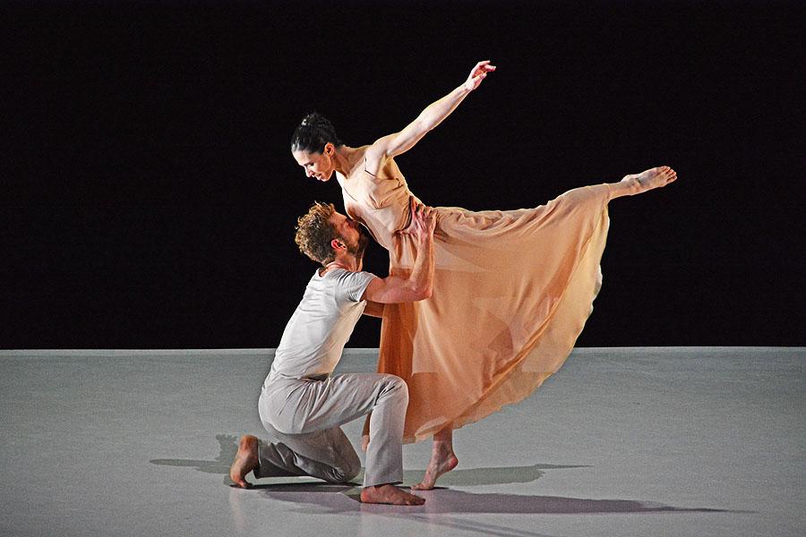 """""""Roméo et Juliette"""" von Sasha Waltz, © Holger Jacobs, Roméo (Joel Suarez Gomez) und Juliette (Yael Schnell)"""