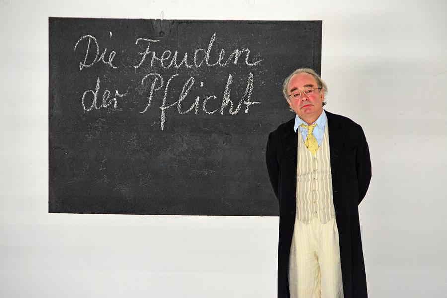"""Deutschstunde mit einem Aufsatz zum Thema """"Die Freuden der Pflicht"""" 8hier mit Schauspieler Martin Seifert, der auch den Maler Nansen spielt) © Holger Jacobs"""