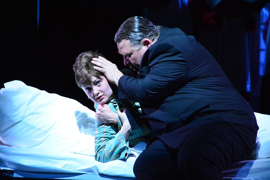 "Chorleiter Obermayer (Andreas Lechner) nähert sich dem Schüler Aigner (Annemarie Brüntjen), ""Schlafe, mein Prinzchen"" © Holger Jacobs"