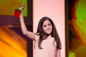 Die Nichte von Jafa Panahi, Hanna Saeidi, nimmt den Goldenen Bären entgegen, credit: Internationale Filmfestspiele Berlin