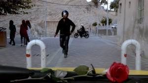 Böse Buben nähern sich dem Taxi, credit: Weltkino Filmverleih