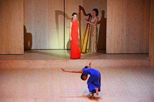 """Tänzerin Zaratiana Randrianantenaina und La Musica (Anna Lucia Richter), """"Orfeo"""" Staatsoper Berlin 2015 © Holger Jacobs"""