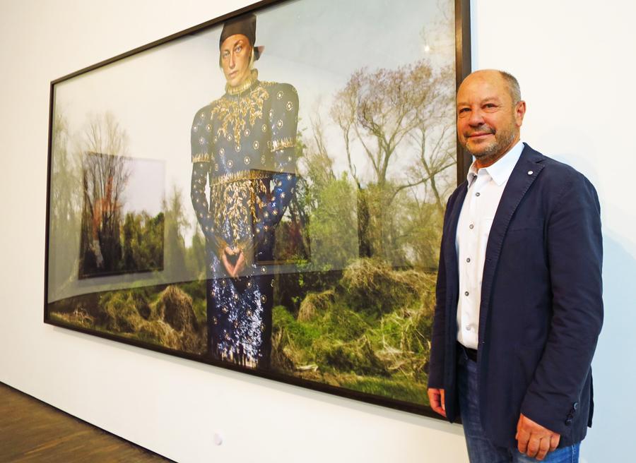 """Kunstsammler Thomas Ulbricht neben einer großen Arbeit der Fotokünstlerin Cindy Sherman, """"Untitled # 551"""" aus dem Jahre 2010, © Holger Jacobs"""