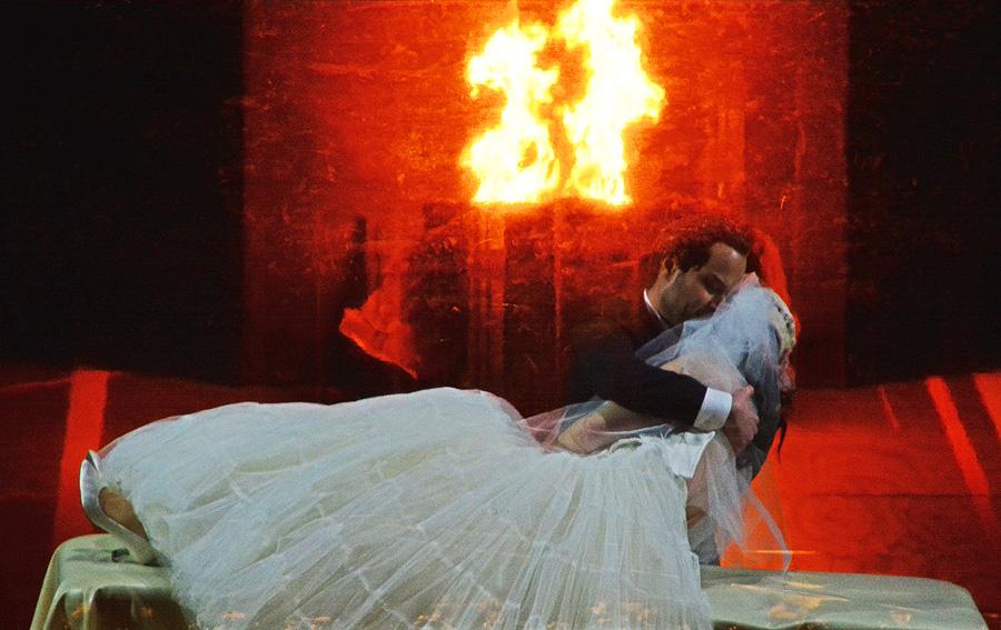 """Orfeo (Bejun Mehta) hält die tote Eurydike in den Armen, """"Orfeo ed Euridice"""" Staatsoper Berlin 2016 © Holger Jacobs"""