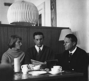 v.in.r. Sieglinde Mesirca, Dr. Odoardo Mesirca, Bernhard Müller im Teesaal von Schloss Elmau ca. 1970 © Schloss Elmau