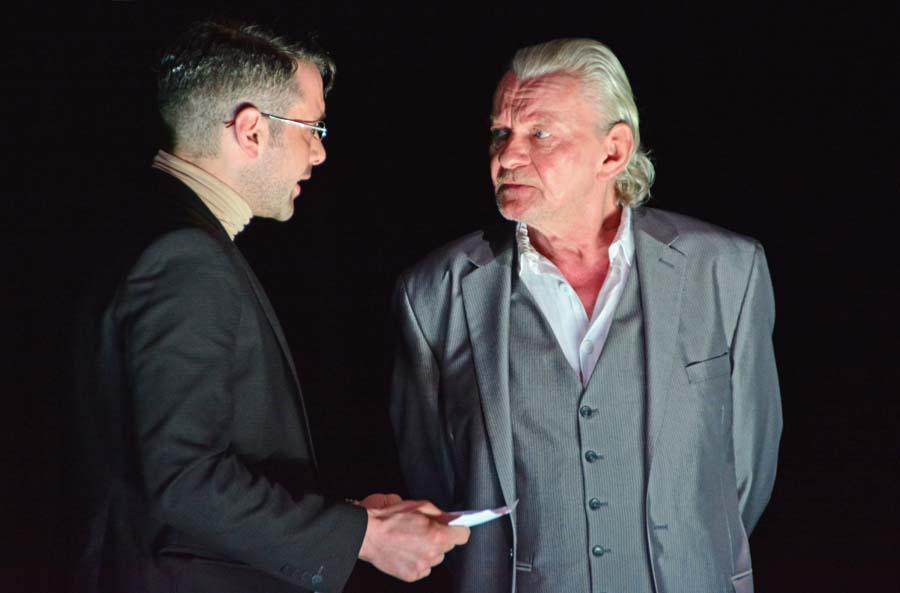 """v.l.n.r. Franz von Moor (Matthias Mosbach), Graf von Moor (Roman Kaminski), """"Die Räuber"""", Berliner Ensemble © Holger Jacobs"""