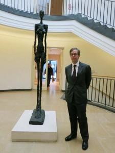 "Sohn Olivier Berggruen mit ""Stehender Frau III) von 1960, Museum Berggruen, Foto: Holger Jacobs"