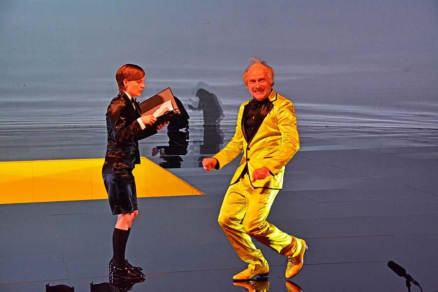 Elisabeth Zumpe (Souffleuse) und Wolfram Koch, Apokalypse, Volksbühne Berlin 2016 © Holger Jacobs