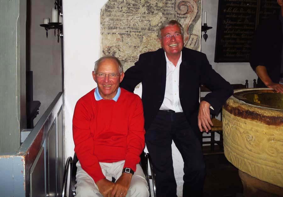 Dr. Wolfgang Schäuble mit einem Freund in der Keitumer Kirche beim Sommerkonzert der Stiftung Musikleben © Holger Jacobs