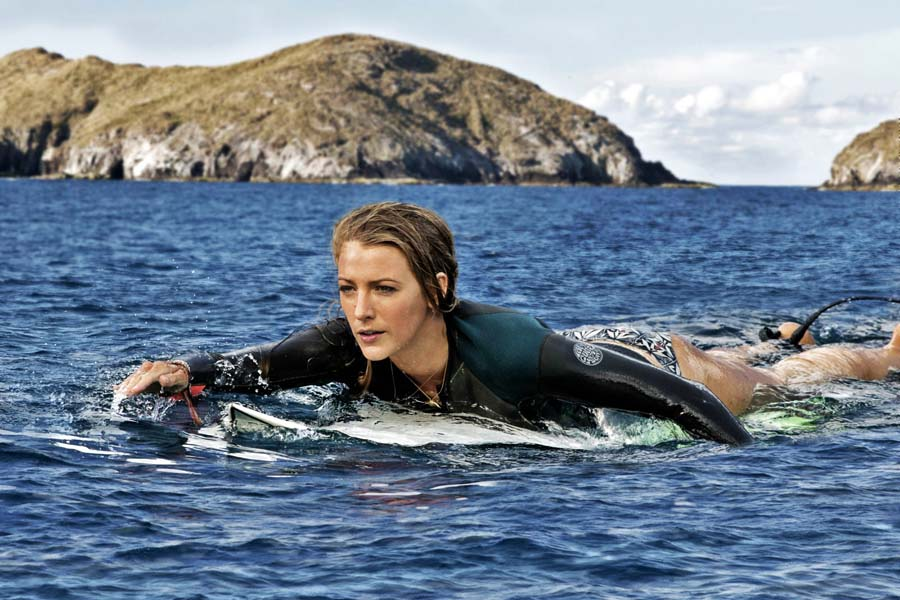 """Blake Lively, """"The Shallows"""" © Sony Pictures"""