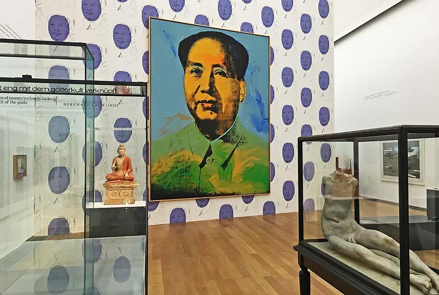"Andy Warhol ""Mao"", 1973, Joseph Beuys ""Das Kapital"", Hamburger Bahnhof 2016 Foto: Holger Jacobs"
