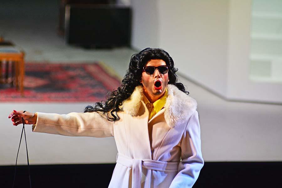 "Graf Almaviva (Tanse Akzeybek) verkleidet als Musiklehrer (Conchita Wurst), ""Il barbiere di Sivilia"", Foto: Holger Jacobs"
