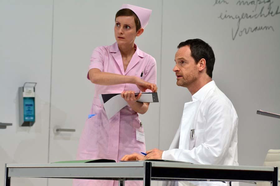 Krankenschwester (Jenny König) und der Prof. (Jörgs Hartmann), Schaubühne Berlin, Foto: Holger Jacobs