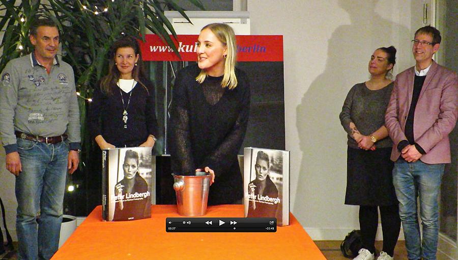Buchverlosung mit v.l.n.r. Dr. Jan Timmann, Gil Jung, Katja Andreae, Miriam Backhaus und Severin Lohmer © Holger Jacobs